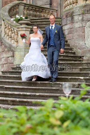 brautpaar auf schlosstreppe
