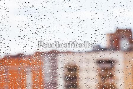 regentropfen auf glasfenster nach hause