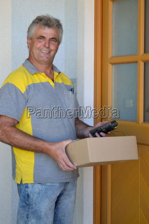 postzusteller mit einem paket