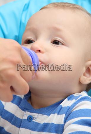 trinken trinkend trinkt baby saeugling mutter