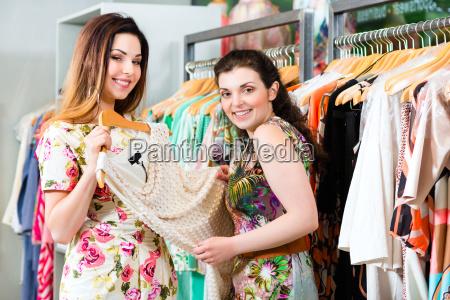 junge frauen beim shopping in laden