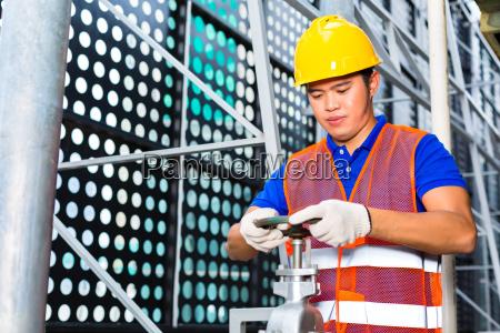 haustechniker oder industriearbeiter arbeitet an einem