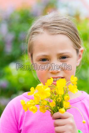 maedchen mit butterblumen