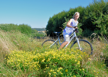 donna guidare tempo libero traghetti bicicletta