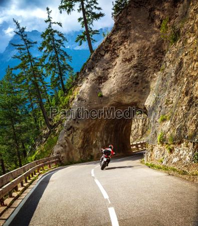 radfahrerreiten in bergtunnel