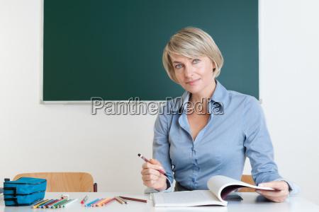 die lehrerin ueberprueft testaufgaben