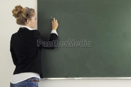 lehrerin beim schulunterricht