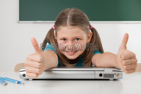 laptop notebook computer schuelerin schule bildungseinrichtung