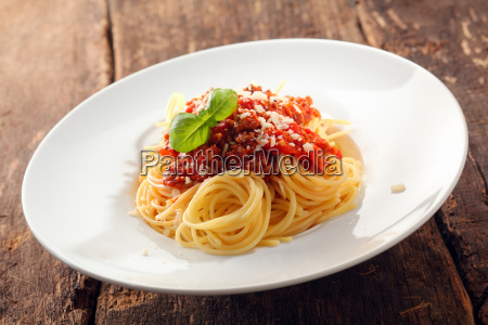 spaghetti mit bolognaise sauce gekroent