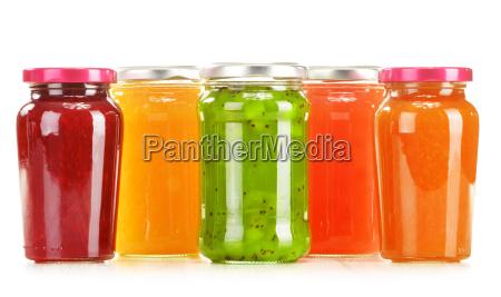 glaeser von fruchtige marmelade auf weissem