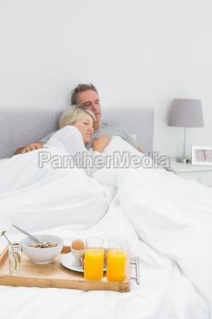 ehepaar mit fruehstuecksbueffet am ende des