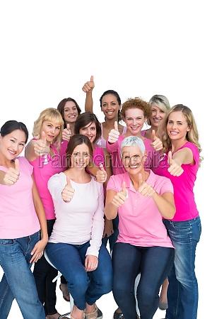 freiwillige nette frauen die rosa fuer