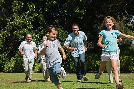 glueckliche multi generation familie rennen in