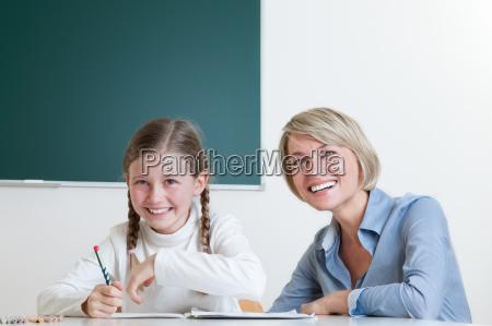 zusammenarbeit zwischen lehrerin und schuelerin