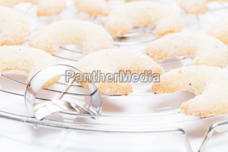 vanille kipferl auf kuchengitter