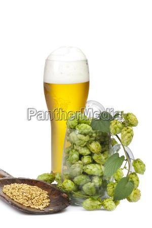 glas bier und ein glas mit