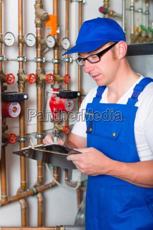 handwerker kontrolliert die heizungsanlage