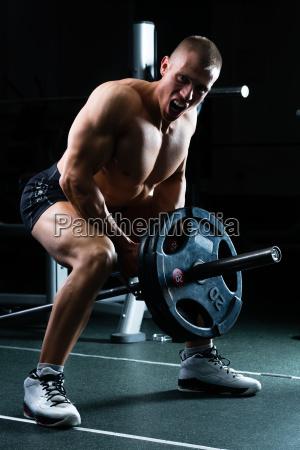 mann bei fitness im studio auf