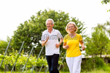 senioren beim jogging auf