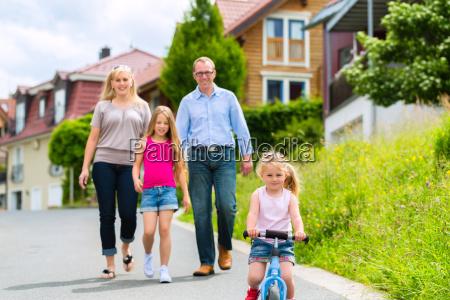 familie macht einen spaziergang durch ein