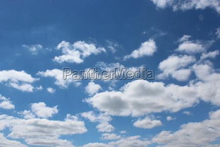 malerische weisse wolken auf blauem himmel