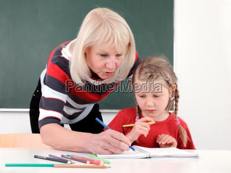 AEltere lehrerin hilft schuelerin