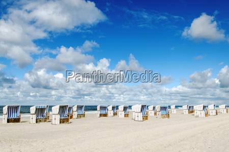 strandkoerbe am strand von sylt