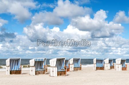 sillas de playa en la playa