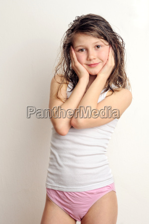 pubertaet kind maedchen nasse haare