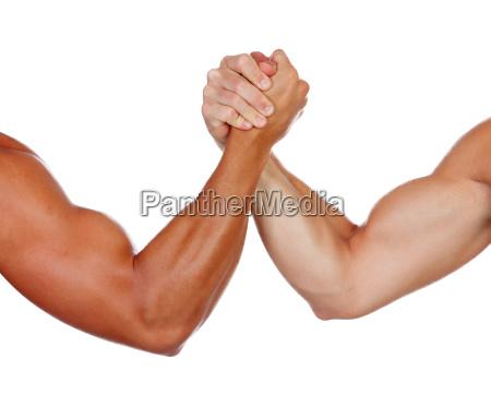 zwei starke maenner armdruecken