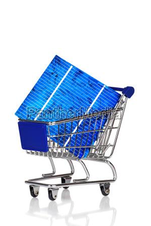 solarzelle liegt in einem einkaufswagen