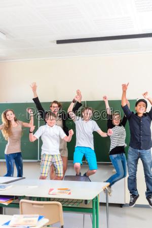 lehrer motiviert schueler einer klasse in