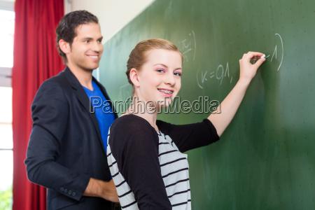 lehrer fragt schueler im mathe