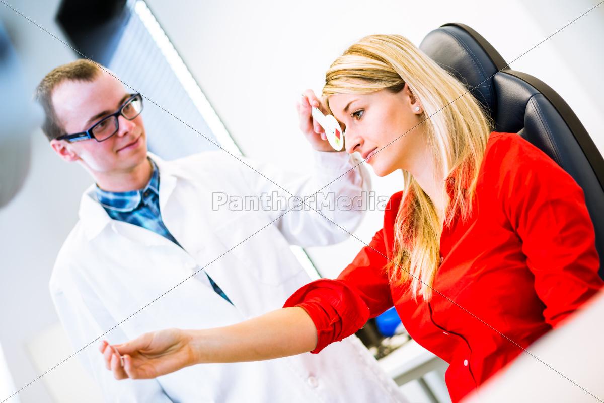 optometrie-konzept, -, hübsche, junge, frau, die, ihre - 10111659
