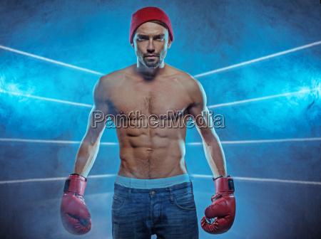 junge athletische boxer in einem rauchigen