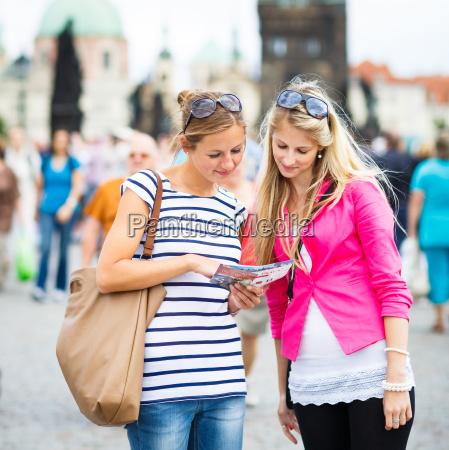 zwei weibliche touristen entlang der karlsbruecke