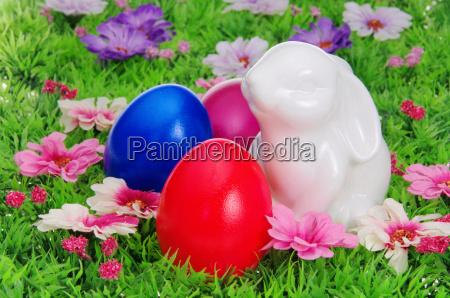 ostereier auf blumenwiese easter eggs