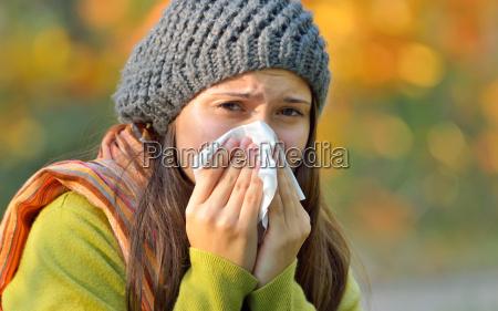 maedchen mit allergie oder kaelte gewebe
