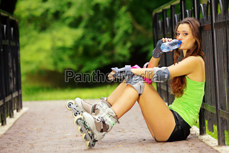 frau roll aktivitaet sport im park