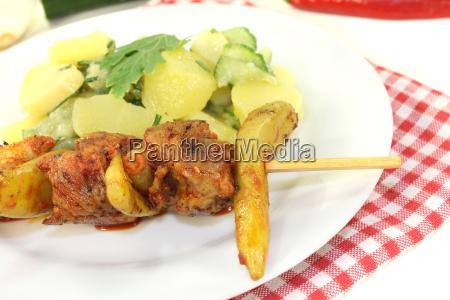 frischer kartoffel gurkensalat mit feuerspiessen