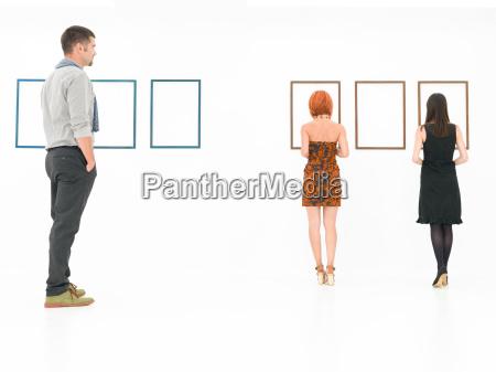 personen die das kunstmuseum besuchen