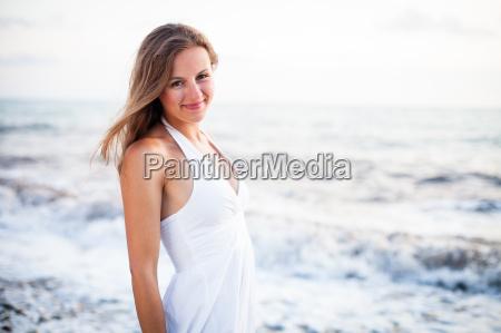 junge frau am strand geniessen einen