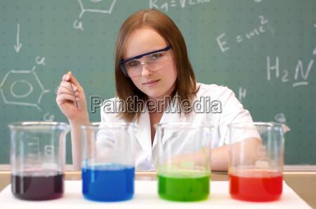 frau analysiert chemikalien