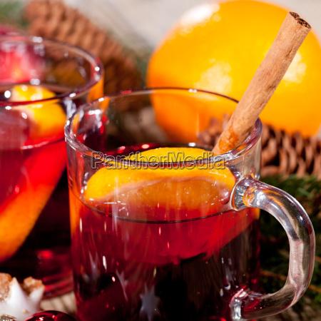 heisser aromatischer gluehwein punsch mit orangen