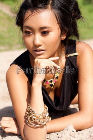 junge attraktive sinnliche asiatische frau im