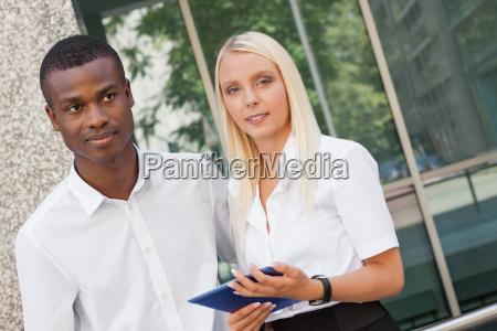 junge erfolgreiche leute mit tablet pc