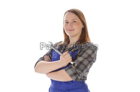 maedchen im blaumann mit schraubenschluessel