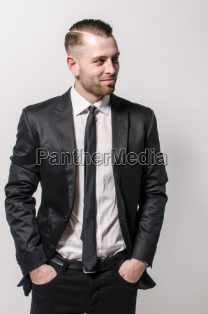 cooler junger mann im anzug