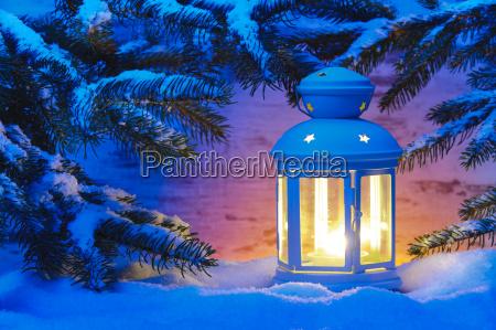 romantische laterne mit kerze im schnee