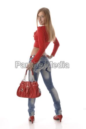 maedchen in roten klamotte und handtasche